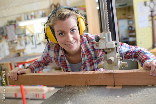Tableau sur Toile smiling female carpenter in her workshop