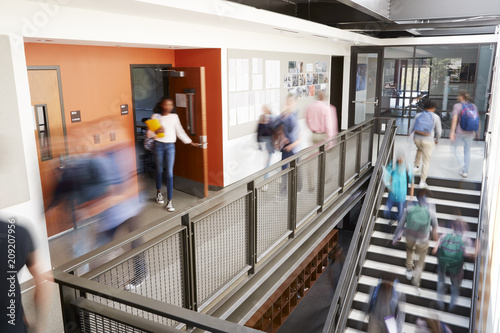 Tableau sur Toile Busy High School Corridor During Recess With Blurred Students And Staff