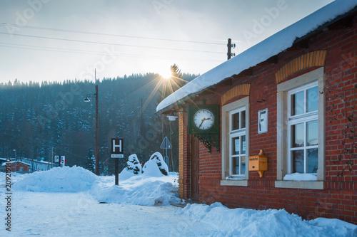 Fotografía  Ein alter Bahnhof mit Stellwerk, Postfach und alter Uhr im Winter