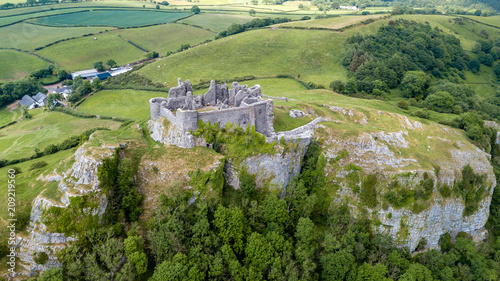 Photo Aerial view of a ruined castle overlooking rural farmland in Wales (Britain)