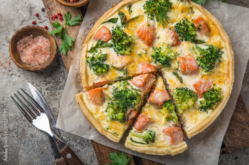 smoked salmon, broccoli and spinach quiche tart Tableau sur Toile