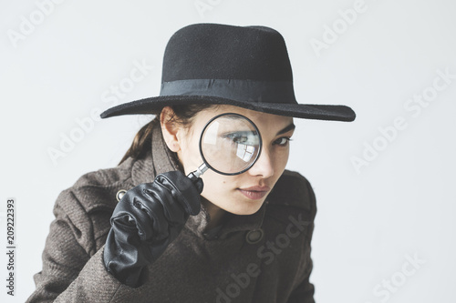 Photo Woman with the magnifying glass