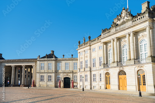 Photo  beautiful Amalienborg Square with historical buildings and columns at sunny day,
