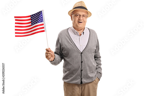Photo  Mature man holding an American flag