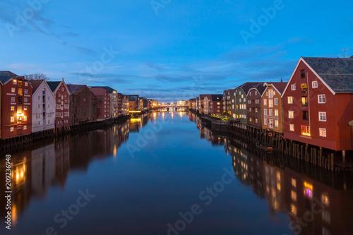 widok-stary-miasto-n-trondhem-przy-noca-norwegia