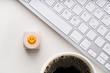 canvas print picture - Würfel mit lächelndem Smiley am Arbeitsplatz