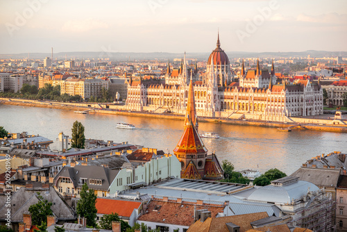 Photo Stands Europa Cityscape view with famous Parliament building during the sunset light in Budapest, Hungary