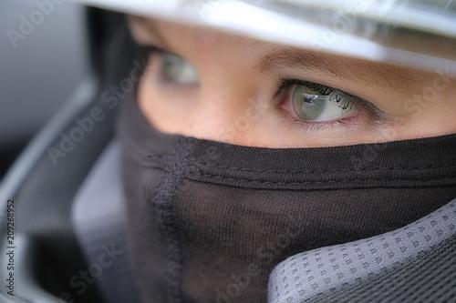 Keuken foto achterwand Motorsport Rennfahrerin mit Helm und Sturmhaube