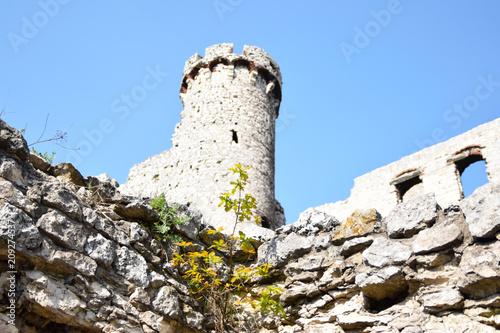 Fotobehang Rudnes Wieża zamkowa. Ruiny średniowiecznego zameku.