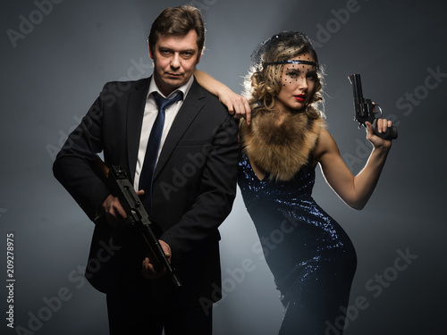 Fotografie, Obraz  A pair of gangsters, a man and woman with guns