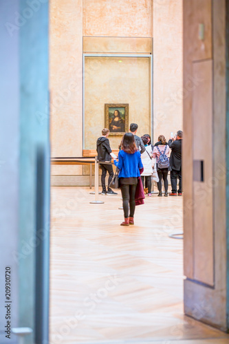 Photographie People are visiting Louvre Museum