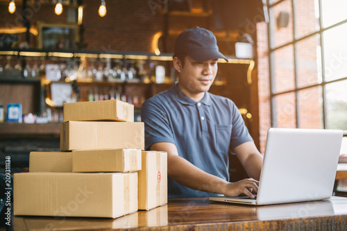Fotografía  Online shopping young start small business in a cardboard box at work