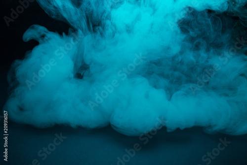 barwiony-turkusu-dym-na-czarnym-tla-zblizeniu