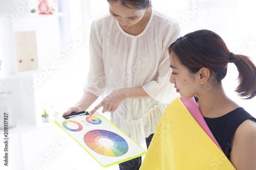 パーソナルカラー診断の色彩表を確認する女性 Canvas Print