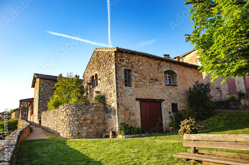 Leinwand Poster Eglise du village Puycelsi, Tarn, Midi-Pyrénées, Occitanie, France