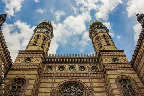 Fotografía synagogue architecture facade and blue sky with clouds