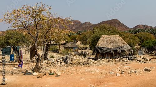 Papiers peints Cappuccino Petit village hmba le long de la route