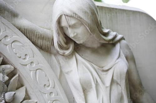 Cemetery sculpture woman at a gate head detail Fototapet