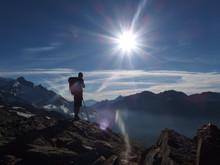 Alpy, Francja, Tour Du Mont Blanc - Ponad Doliną Les Contamines, Widok Z Turystą W Promieniach Słońca