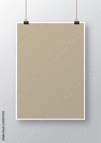Photo Poster vuoto appeso con clip e ombra sulla parete
