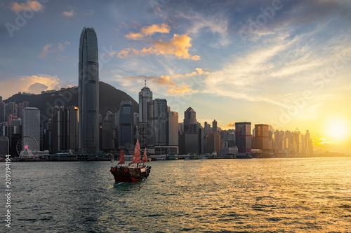 Plakat Widok Wiktoria schronienie i Hong Kong linia horyzontu przy zmierzchem