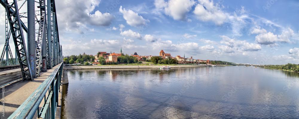 Obraz Toruń - Panorama miasta z mostu  im. Józefa Piłsudskiego - rzeka Wisła - Polska fototapeta, plakat