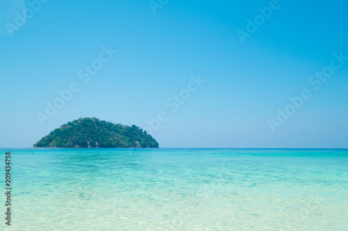 Foto op Plexiglas Blauw Beautiful white sand beach with island in summer time concept travel, holiday and vacation. Tropical paradise beach nature landscape in Thailand