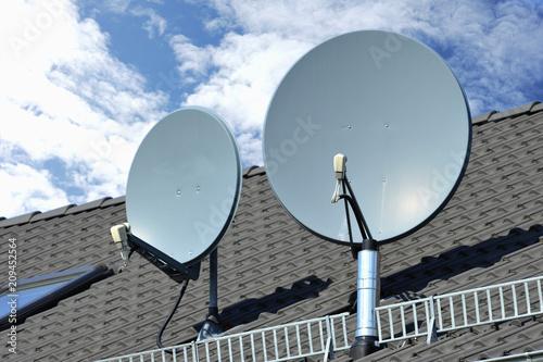 Cuadros en Lienzo Sateliten-Anlage auf einem Ziegeldach montiert