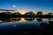 水面に写る夕日と雲と