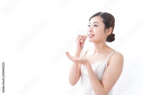 Obraz サプリメント・薬を飲む女性 - fototapety do salonu
