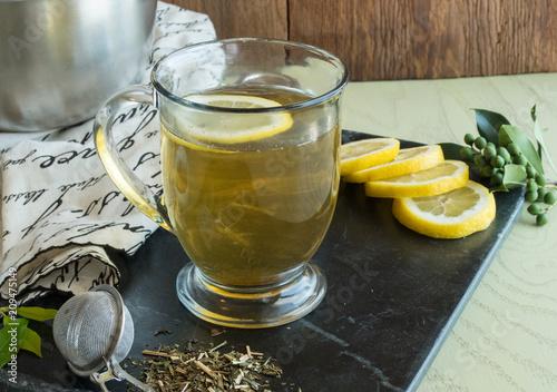 In de dag Thee Green Tea-loose leaf_with sliced lemons-healthy hot beverage