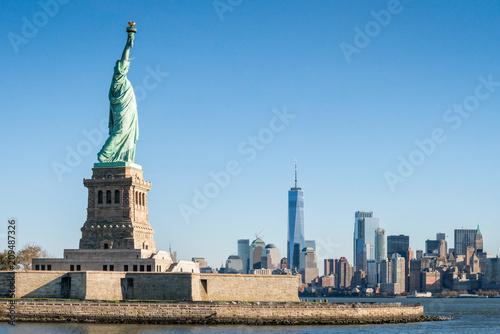 Tuinposter New York City Liberty Island mit Freiheitsstatue und Blick auf Manhattan, New York City, USA