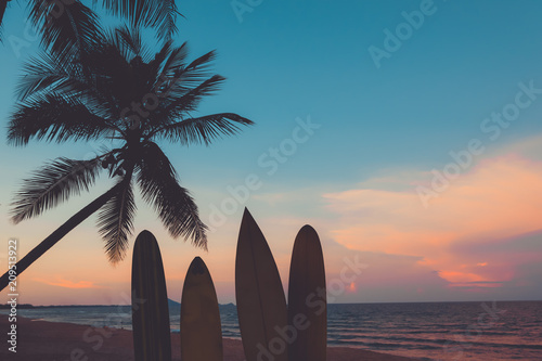 Fotomural  Silhouette surfboard on tropical beach at sunset in summer