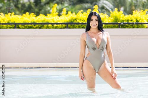 Obraz Beautiful hispanic woman in swimming pool - fototapety do salonu