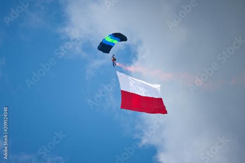 Fotografie, Obraz  Spadochroniarz z flagą Polski