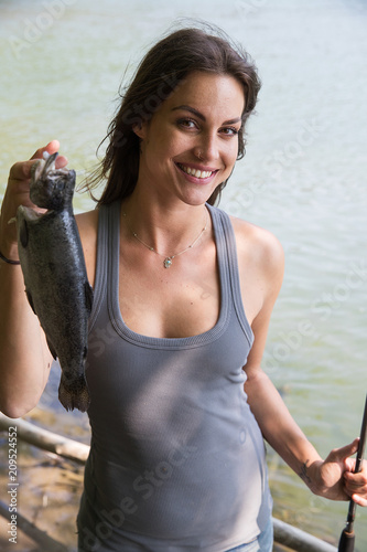 Fotografia Fishing woman with fresh caught trout
