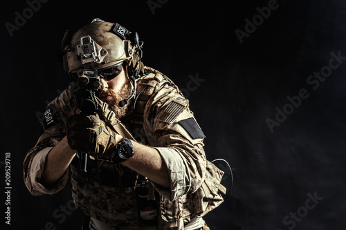 Fotomural Special forces soldier with rifle on dark background