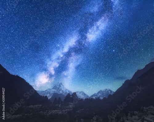 droga-mleczna-niesamowita-scena-z-himalajskimi-gorami-i-gwiazdzistym-niebem-w-nocy-w-nepalu