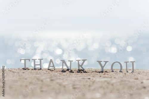 Fotografía  thank you word drawn on the beach sand