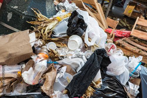 Photographie  Abfallhaufen an einer Strasse von New York