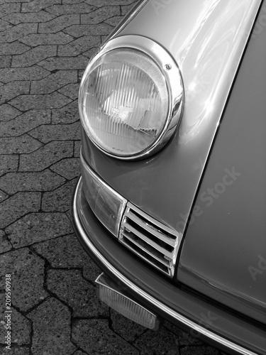 Fototapeta  Scheinwerfer mit Chromring eines deutschen Sportwagen der Sechzigerjahre und Sie