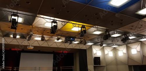 In de dag Theater Decke mit Beleuchtung im Theater