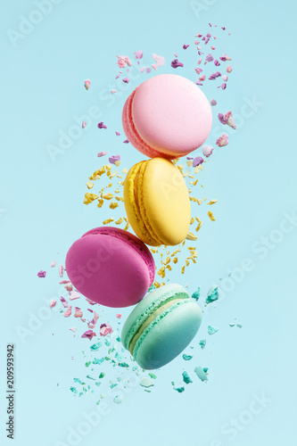 Macaron Dessert. Colorful Macaroons Flying Tableau sur Toile