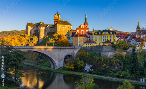 Colorful town and Castle Loket over Eger river in the near of Karlovy Vary, Czec Canvas-taulu