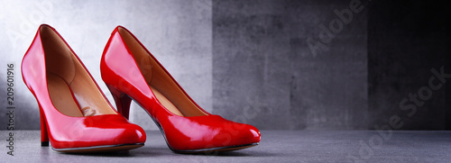 Fotografía Composition with a pair of red high heel shoes