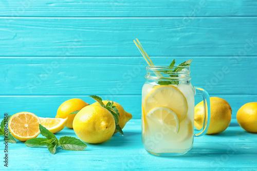 Fotografía Natural lemonade in mason jar on wooden table