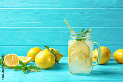 Photo Natural lemonade in mason jar on wooden table