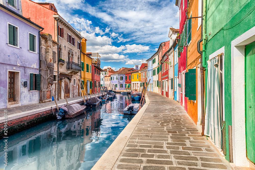 Kolorowi domy wzdłuż kanału, wyspa Burano, Wenecja, Włochy