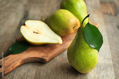 Valokuva Delicious ripe pear on wooden table