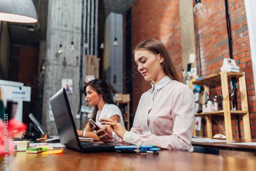 Photo  Friendly female office workers wearing formal workwear typing on laptop keyboard